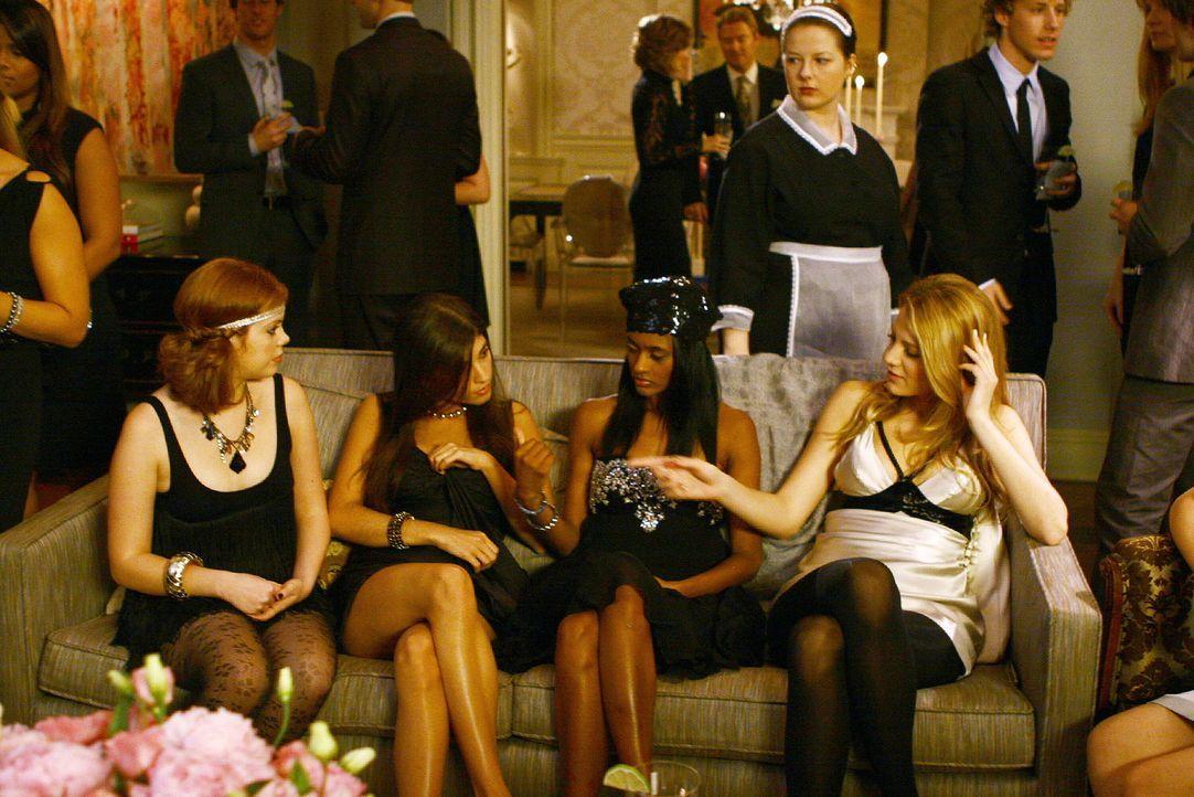 Serena (Blake Lively, r.) erzählt Isabel (Nicole Fiscella, Mitte r.), Penelope (Amanda Setton, Mitte l.) und Hazel (Dreama Walker, l.) von Aaron ... - Bildquelle: Warner Brothers