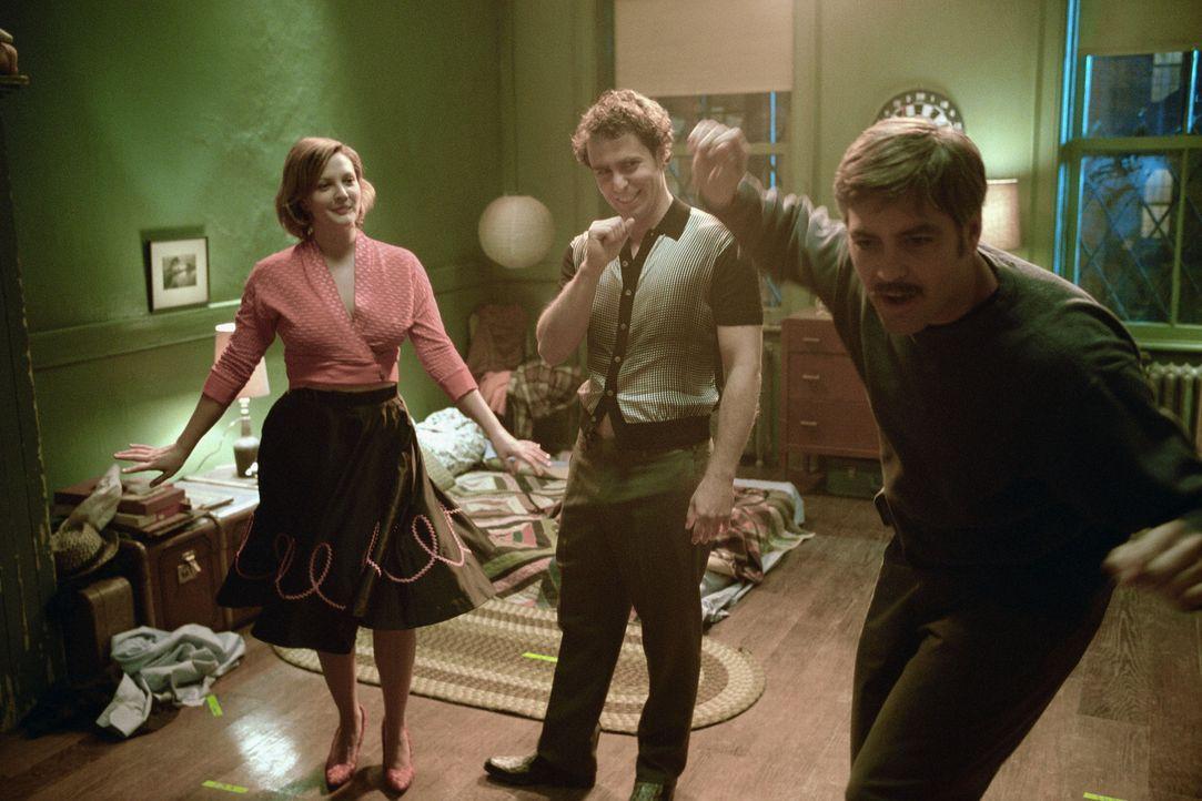 Noch ahnen Chuck (Sam Rockwell, M.) und Penny (Drew Barrymore, l.) nicht, dass Jim Byrd (George Clooney, r.) einen Killer sucht ... - Bildquelle: Takashi Seida Miramax Films