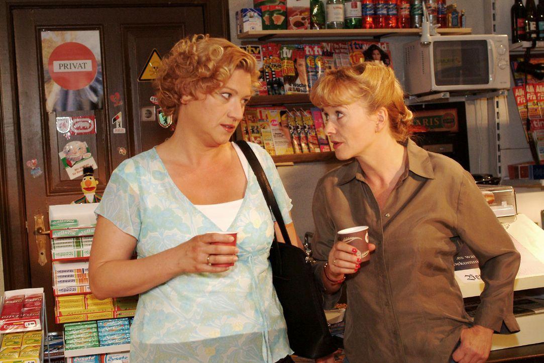 Agnes (Susanne Szell, l.) findet bei Helga (Ulrike Mai, r.) ein offenes Ohr für ihre Probleme. - Bildquelle: Sat.1