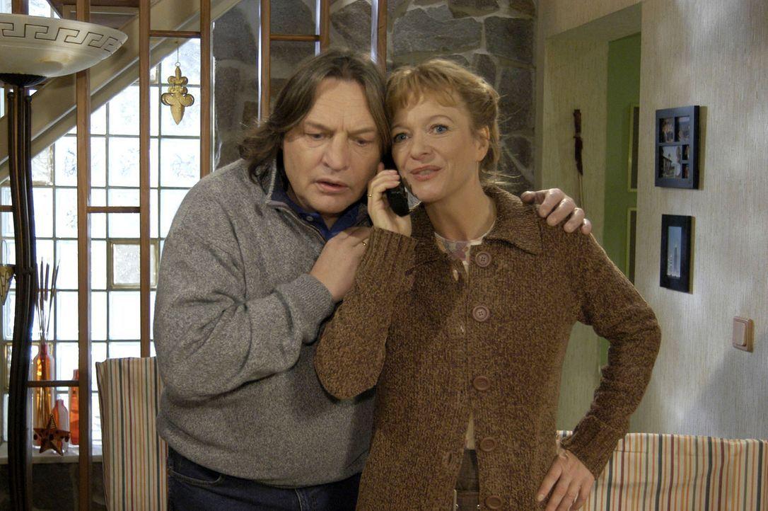 Lisas Eltern Helga (Ulrike Mai, r.) und Bernd (Volker Herold, l.) sind froh, von Lisa zu hören, die die Nacht über nicht zu Hause war. - Bildquelle: Sat.1