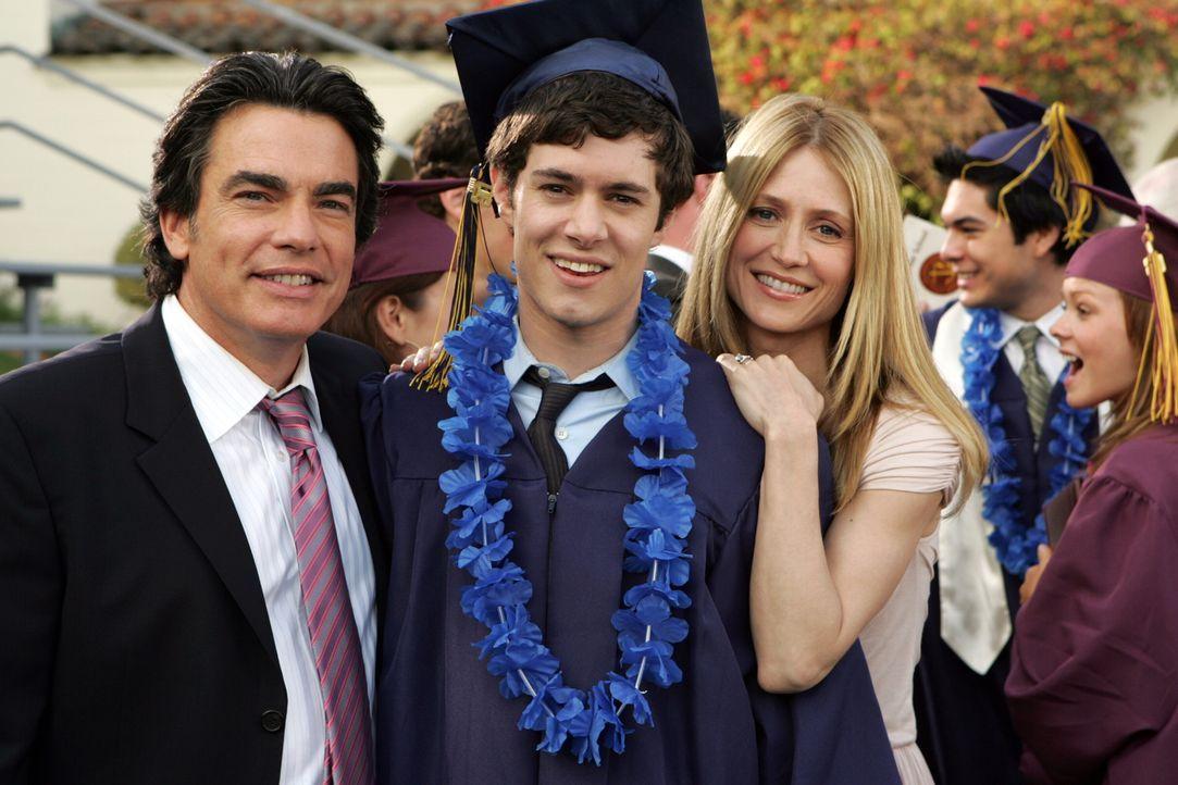 Kirsten (Kelly Rowan, r.) und Sandy (Peter Gallagher, l.) sind stolz auf ihren Sohn Seth (Adam Brody, M.) ... - Bildquelle: Warner Bros. Television