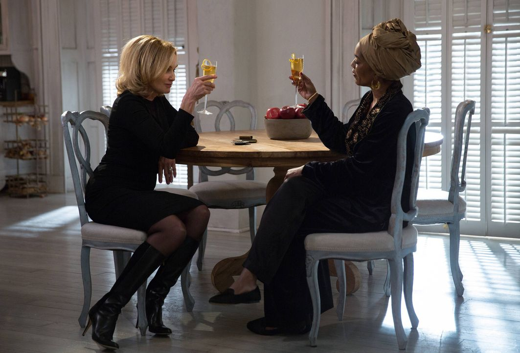 Gemeinsam ziehen Fiona (Jessica Lange, l.) und Marie Laveau (Angela Bassett, r.) in einen tödlichen Kampf ... - Bildquelle: 2013-2014 Fox and its related entities. All rights reserved.