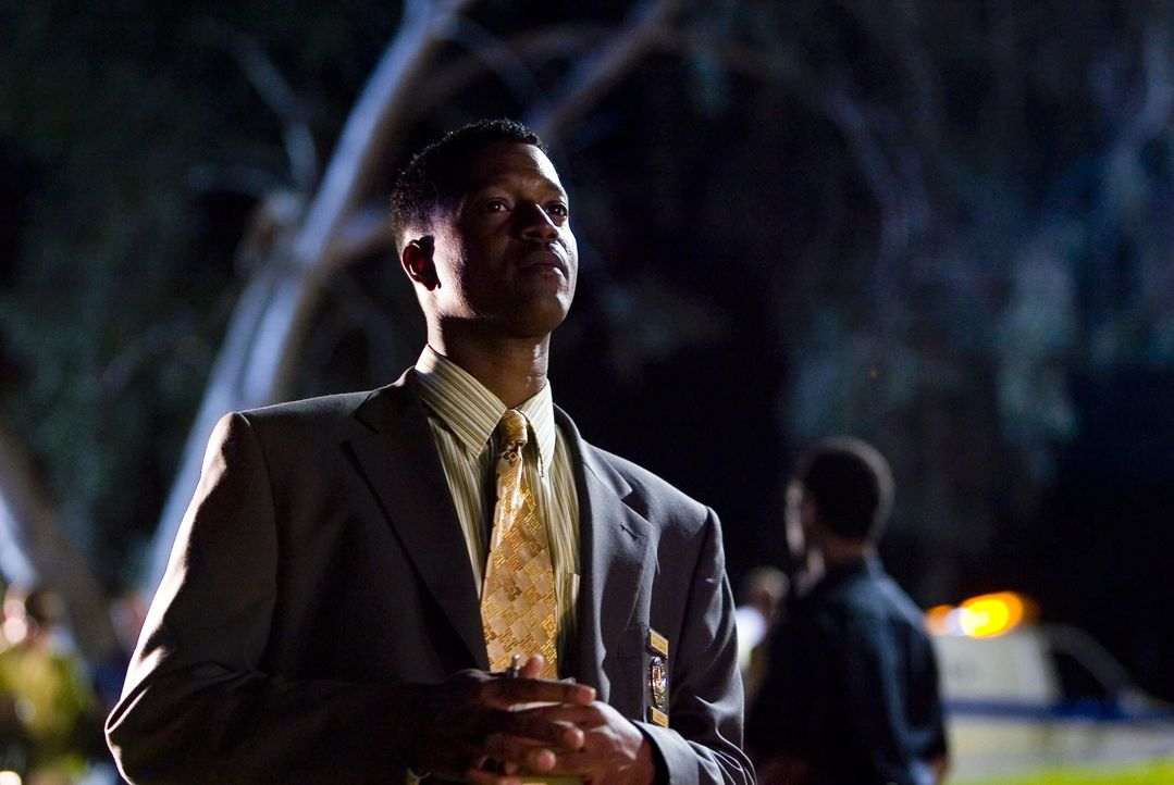 Gemeinsam mit Brenda versucht Gabriel (Cory Reynolds) den Mörder zu finden, allerdings fehlt auch jede Spur vom Sohn des Ermordeten ... - Bildquelle: Warner Brothers Inc.