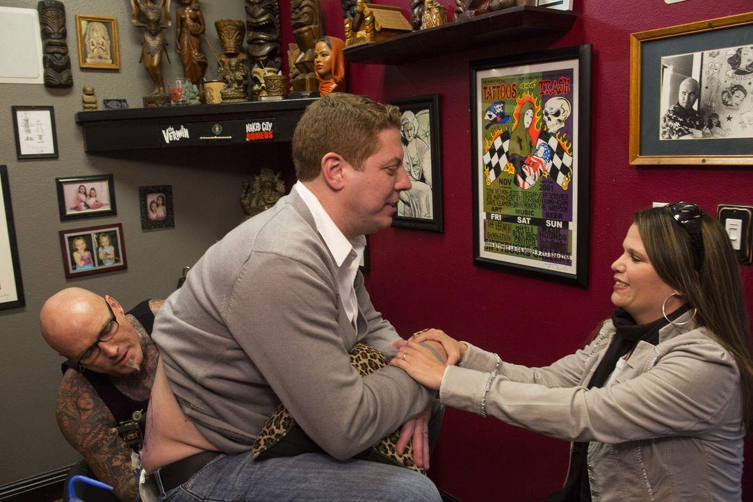 Eigentlich wollen Mike (M.) und Sasha (r.) in ihrer Beziehung den nächsten Schritt machen, doch bevor Sasha endgültig Ja sagen kann, muss Dirk (l.)... - Bildquelle: Richard Knapp 2014 A+E Networks, LLC