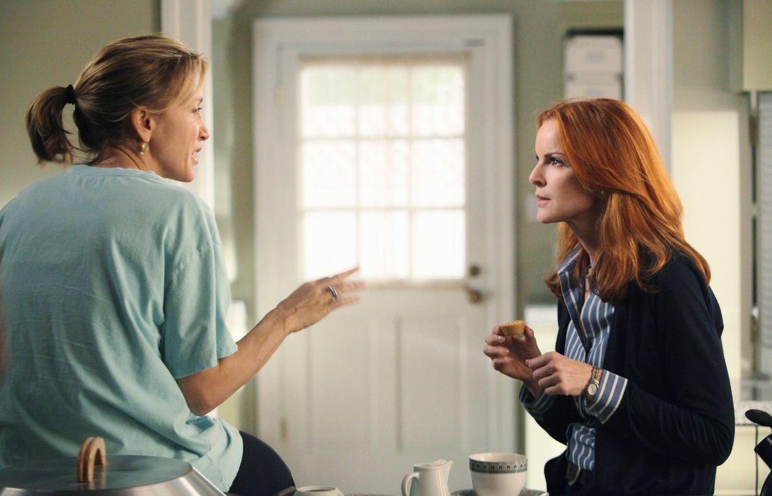 Bree (Marcia Cross, r.) möchte sich bei Renee rächen und versucht von Lynette (Felicity Huffman, l.) herauszufinden, wie es an besten klappen könnte... - Bildquelle: ABC Studios