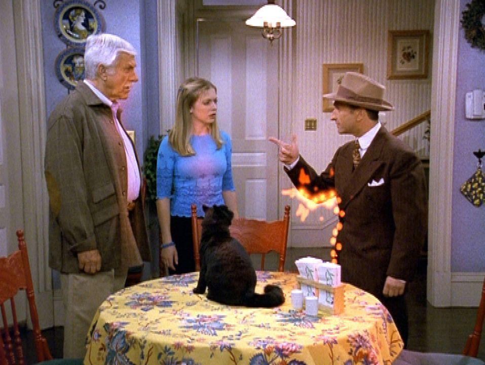Bennie (Jimm Glannini, r.), ein ehemaliger Kumpan von Duke (Dick Van Dyke, l.), will ihn nicht aus der Gang entlassen. Sabrina (Melissa Joan Hart, M... - Bildquelle: Paramount Pictures