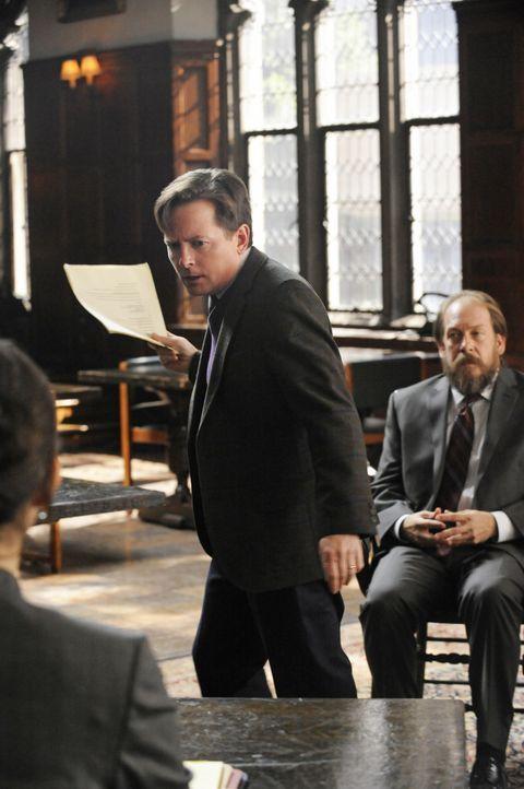 Der energische Anwalt Louis Canning (Michael J. Fox, M.) setzt alles daran, dass sein Mandanten Daniel Clove (Bill Camp, r.) freigesprochen wird, do... - Bildquelle: Jeffrey Neira 2011 CBS Broadcasting Inc. All Rights Reserved.