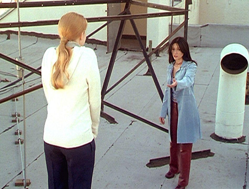 3) Prue (Shannen Doherty, r.) versucht, die völlig verzweifelte Maggie (Amy Adams) vom Selbstmord abzuhalten. - Bildquelle: Paramount Pictures