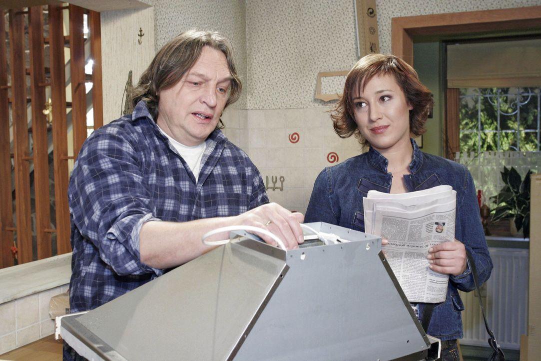 Der verzweifelte, arbeitslose Bernd (Volker Herold, l.) spricht mit Yvonne (Bärbel Schleker, r.) darüber, ob er den Autokauf wieder rückgängig m... - Bildquelle: Sat.1