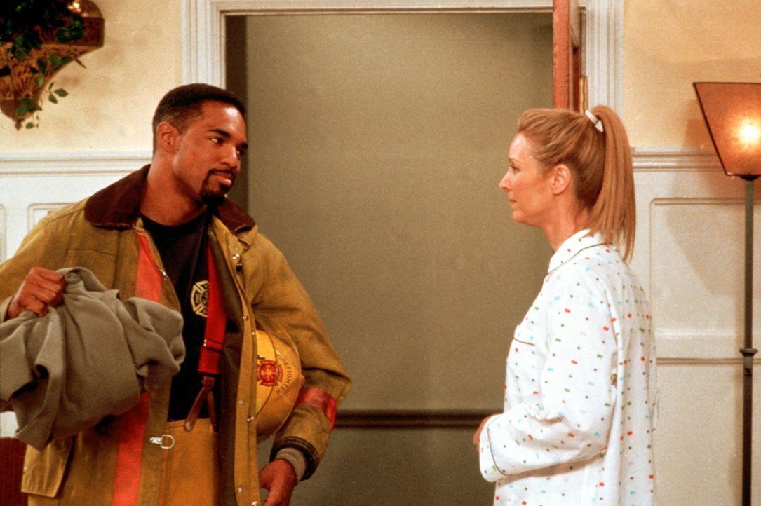 Phoebe (Lisa Kudrow, r.) wird von einem Feuerwehrmann (Jason Winston George, l.) zur Rede gestellt. - Bildquelle: TM+  2000 WARNER BROS.