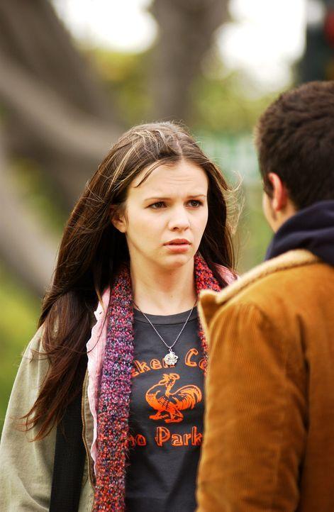 Als lebende Gestalt erscheint Gott (Kris Lemche, r.) der 16-jährigen Joan (Amber Tamblyn, l.) ... - Bildquelle: Sony Pictures Television