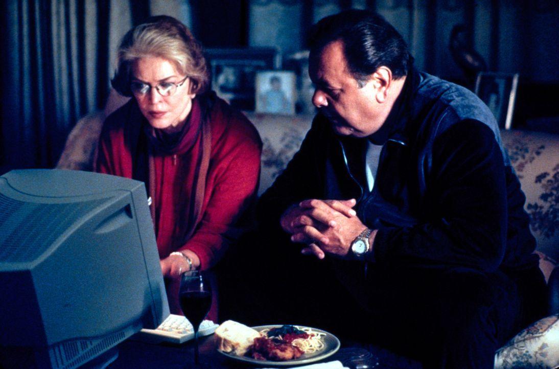 Seitdem Dolly (Heather Paige Kent, l.) von ihrem Bingo-Gewinn einen Computer gekauft hat, entwickelt sie sich zum Leidwesen ihres Mannes Frank (Paul... - Bildquelle: CBS Television