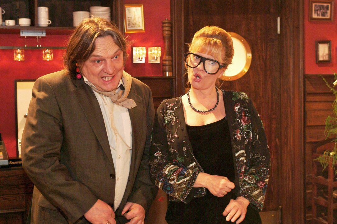 Bernd (Volker Herold, l.) und Helga (Ulrike Mai, r.) geben auf der Hochzeit einen Sketch zum Besten. - Bildquelle: Monika Schürle SAT.1 / Monika Schürle