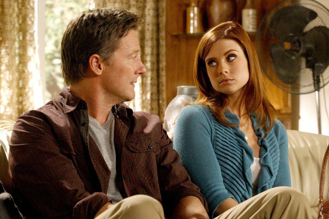 Kaum hat sich Megan (Joanna Garcia, r.) mit ihrem Vater (John Allen Nelson, l.) versöhnt, da bittet er sie auch schon, ihrer Mutter ebenfalls zu ver... - Bildquelle: Warner Bros. Television