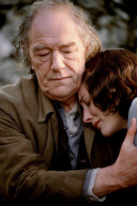 Charlotte (Cate Blanchett, r.) wird sie in einem kleinen Dorf in der südfranzösischen Provinz als Nachrichtenkurier eingesetzt. Unter dem Namen Domi... - Bildquelle: Warner Bros.