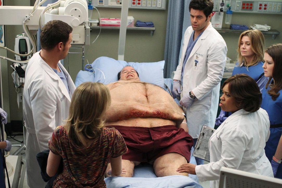Ein kolossaler Patient (Jerry Kernion, 3.v.l.) und dessen zierliche schwangere Frau (Rosalie Ward, 2.v.l.) bringen die scherzfreudigen Assistenzärzt... - Bildquelle: Touchstone Television