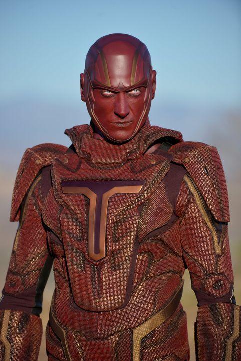 Auf Befehl des Militärs hin soll es Supergirl mit dem Militär-Cyborg Red Tornado (Iddo Goldberg) aufnehmen, doch bei der Übungseinheit schießt Kara... - Bildquelle: 2015 Warner Bros. Entertainment, Inc.