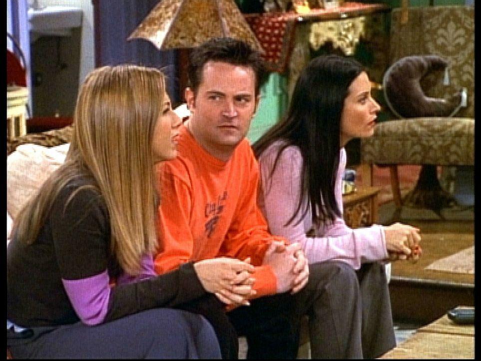 Rachel (Jennifer Aniston, l.), Chandler (Matthew Perry, M.) und Monica (Courteney Cox, r.) können es nicht fassen, dass Phoebe in einem Pornofilm m... - Bildquelle: TM+  2000 WARNER BROS.
