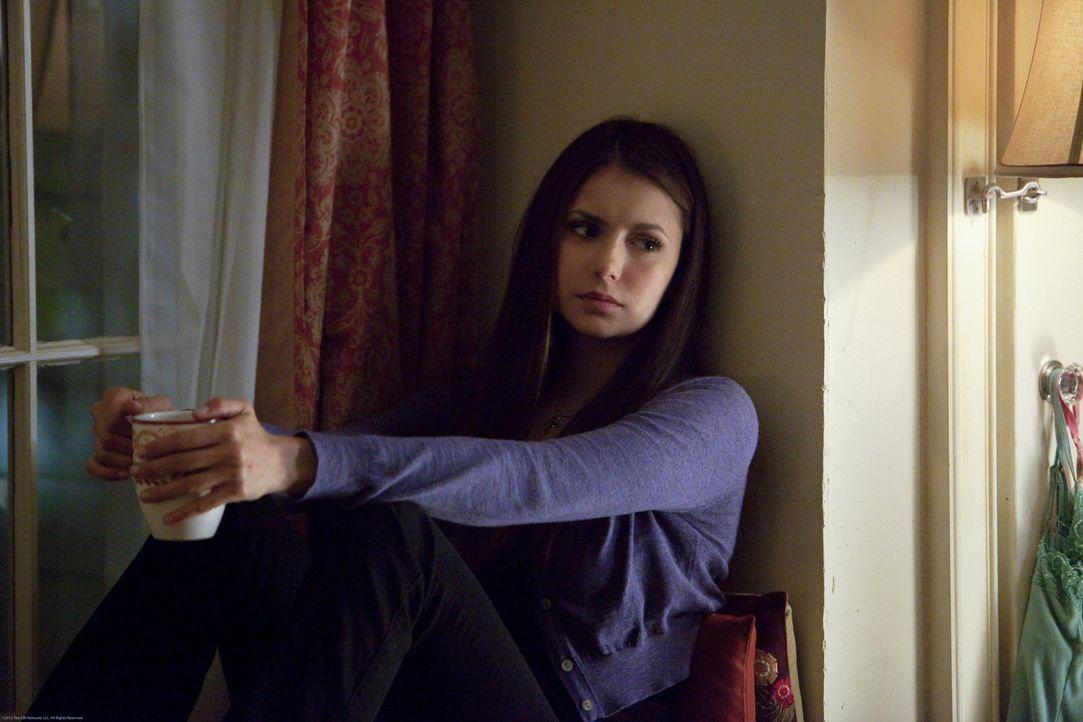 Elena verarbeitet ihre Gefühle in ihrem Tagebuch - Bildquelle: Warner Bros. Entertainment Inc.