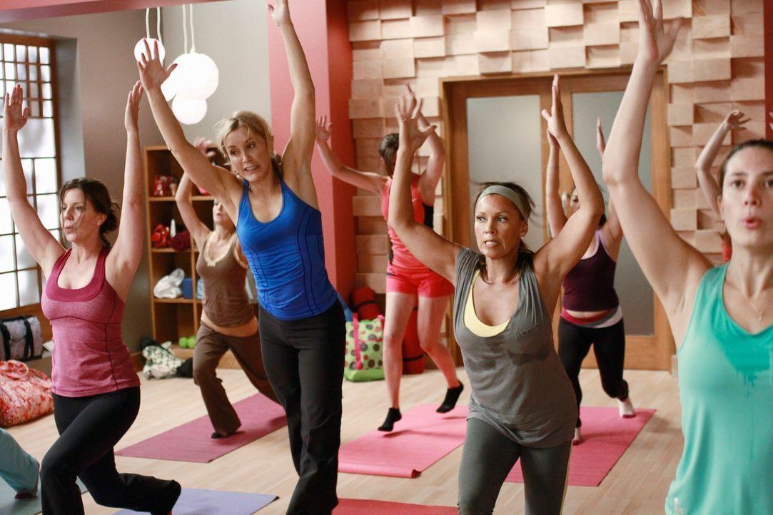 Lynette (Felicity Huffman, 2.v.l.) und Renee (Vanessa Williams, 2.v.r.) nehmen zusammen an einem schwierigen Yoga-Kurs teil, in der Hoffnung Toms ne... - Bildquelle: ABC Studios
