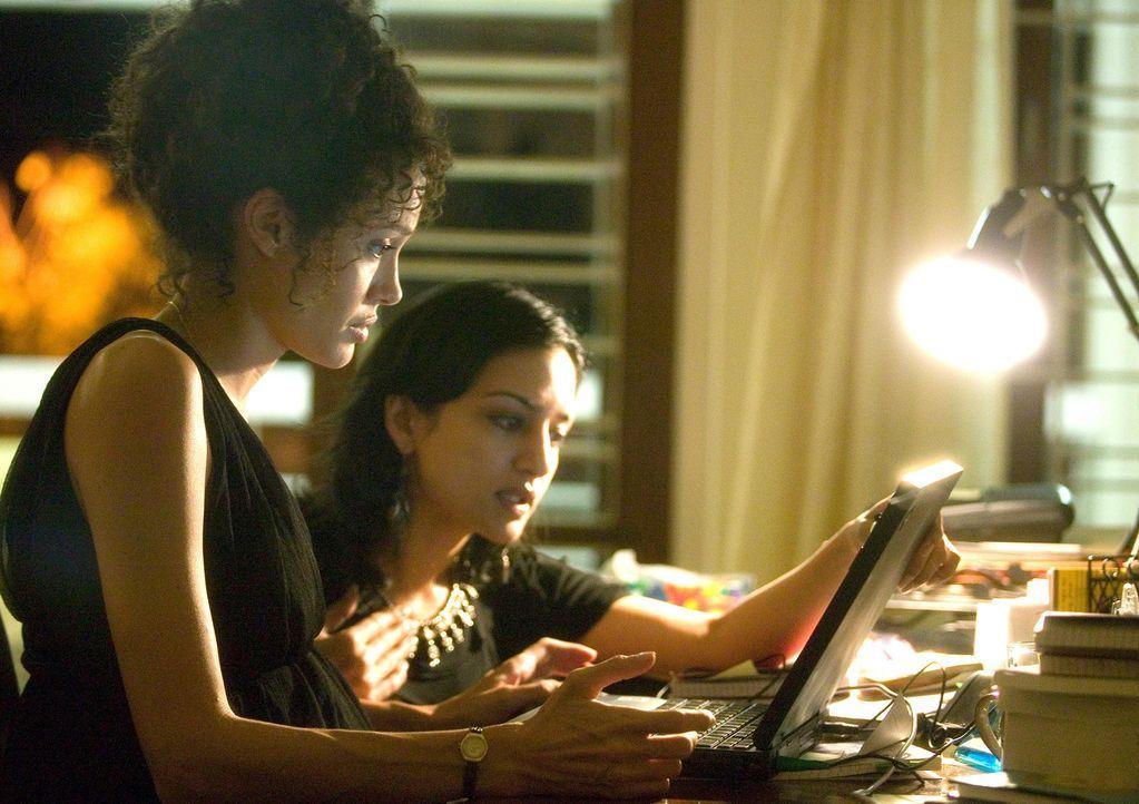 Mariane Pearl (Angelina Jolie, l.) beginnt sich Sorgen um ihren Mann zu machen. Zusammen mit Asra (Archie Panjabi, r.) überprüft sie seine E-Mails... - Bildquelle: 2012 BY PARAMOUNT VANTAGE, A DIVISION OF PARAMOUNT PICTURES. ALL RIGHTS RESERVED