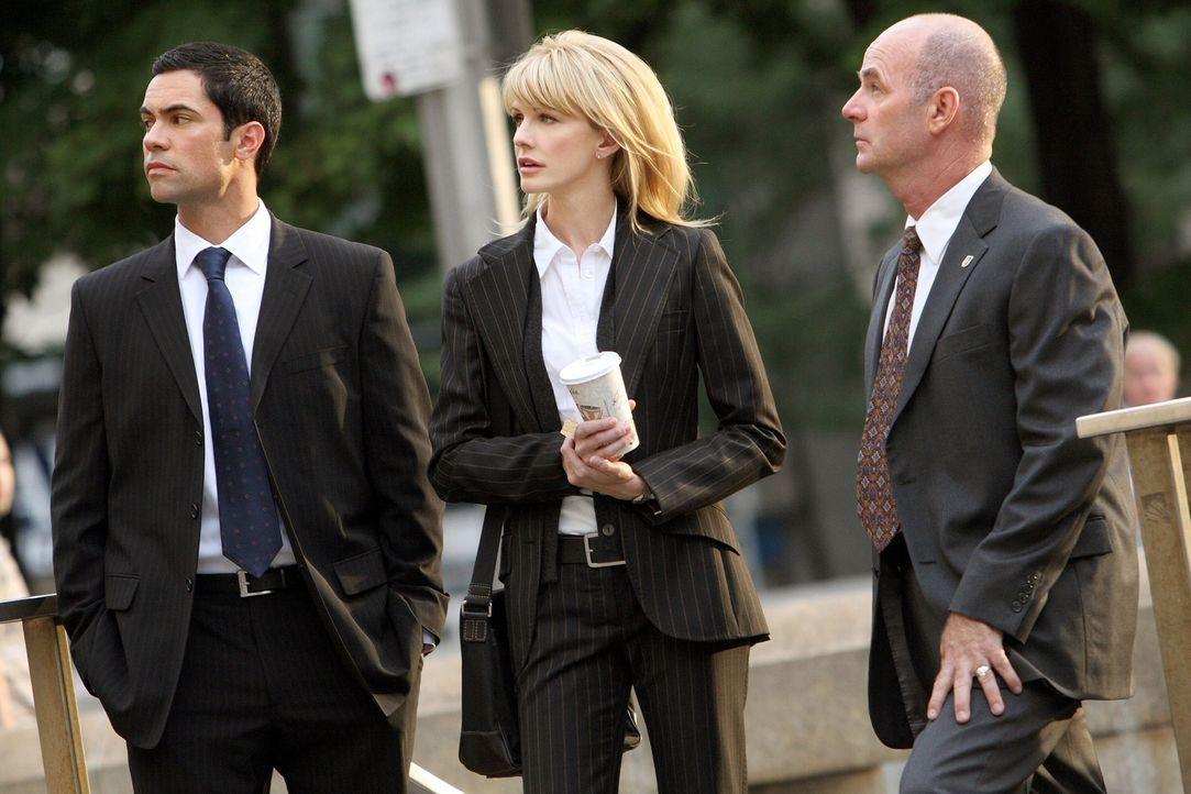Stehen vor einem Rätsel: Scott (Danny Pino, l.), Lilly (Kathryn Morris, M.) und John (John Finn, r.) ... - Bildquelle: Warner Bros. Television