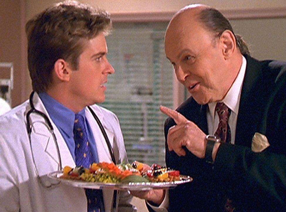 William Andrews (Conrad Janis, r.), der Partys ausrichtet, versucht, Jesse (Charlie Schlatter, l.) von seinen Kochkünsten zu überzeugen. - Bildquelle: Viacom
