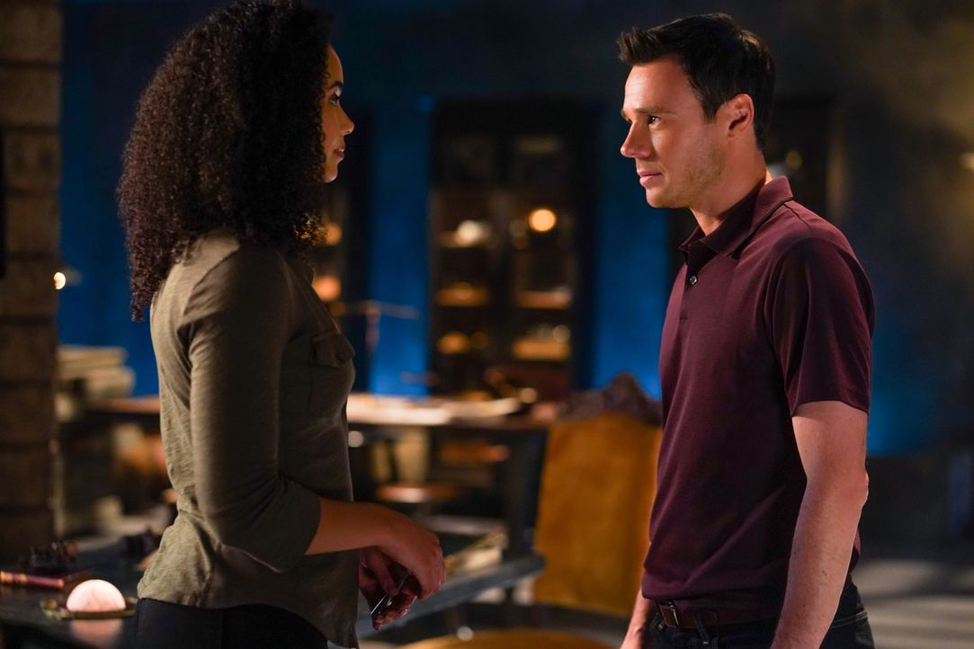 Macy Vaughn (Madeleine Mantock, l.); Harry Greenwood (Rupert Evans, r.) - Bildquelle: Colin Bentley 2019 The CW Network, LLC. All Rights Reserved. / Colin Bentley