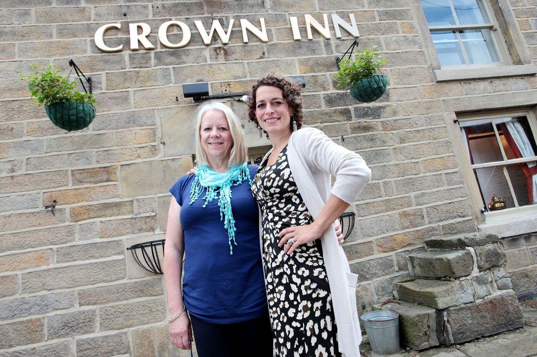 """Rita (l.) braucht dringend die Hilfe von Alex Polizzi (r.), denn ihr Hotel, das """"Crown Inn"""", läuft nicht besonders gut ... - Bildquelle: Channel 5"""