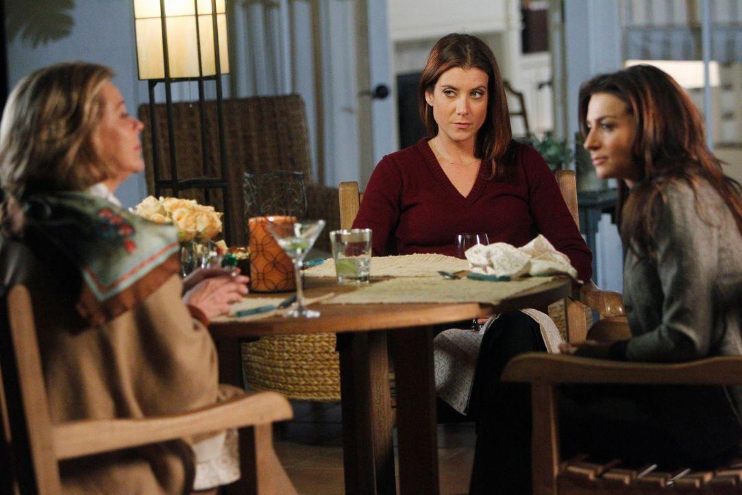 Während Addison (Kate Walsh, M.), Bizzys (JoBeth Williams, l.) Freundin Susan operiert, kümmert Amelia (Caterina Scorsone, r.) gemeinsam mit Pete... - Bildquelle: ABC Studios