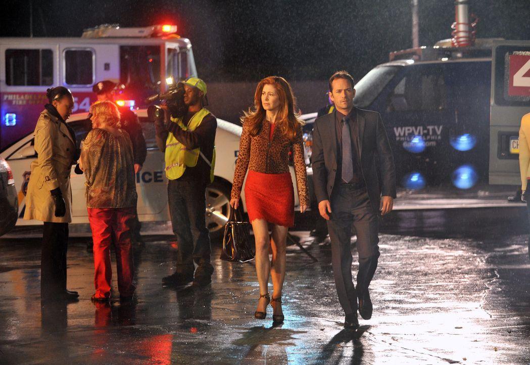 Das Date von Megan Hunt (Dana Delany, 2.v.r.) und Charlie Stafford (Luke Perry, r.) wird abrupt beendet, weil beide zu einem Flugzeugabsturz gerufen... - Bildquelle: 2013 American Broadcasting Companies, Inc. All rights reserved.