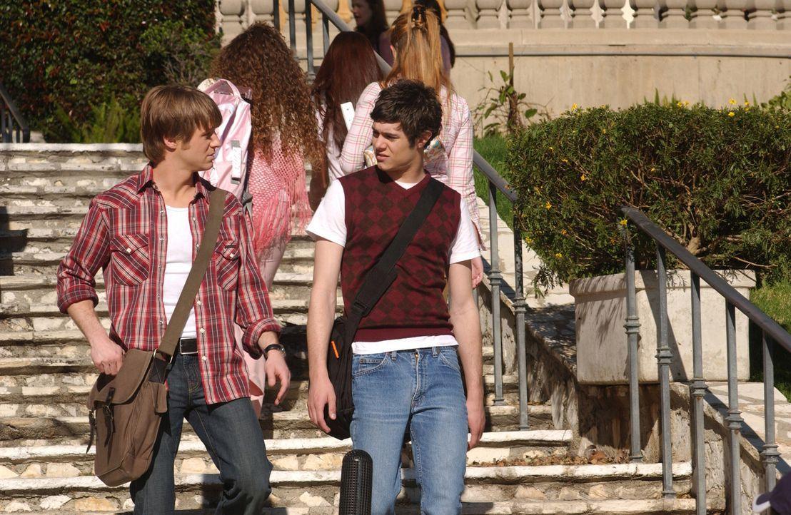Seth (Adam Brody, r.) plant Ryan (Benjamin McKenzie, l.) wieder mit Marissa zusammen zu bringen. Doch wird es ihm gelingen? - Bildquelle: Warner Bros. Television