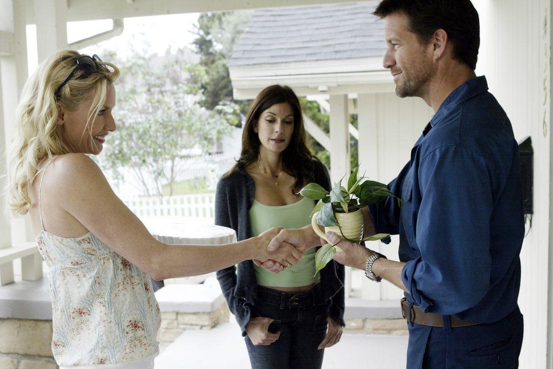Edie (Nicolette Sheridan, l.) setzt ihre Reize bei Mike (James Denton, r.), dem neuen attraktiven Nachbarn voll ein und wischt somit Susan (Teri Hat... - Bildquelle: Touchstone Television