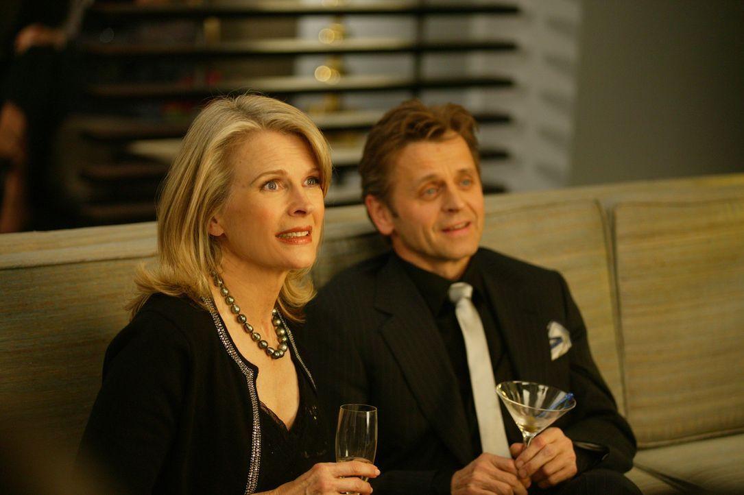 Ein Pläuschchen in Ehren kann niemand verwehren: Enid (Candice Bergen, l.) und Aleksandr (Mikhail Baryshnikov, r.) ... - Bildquelle: Paramount Pictures