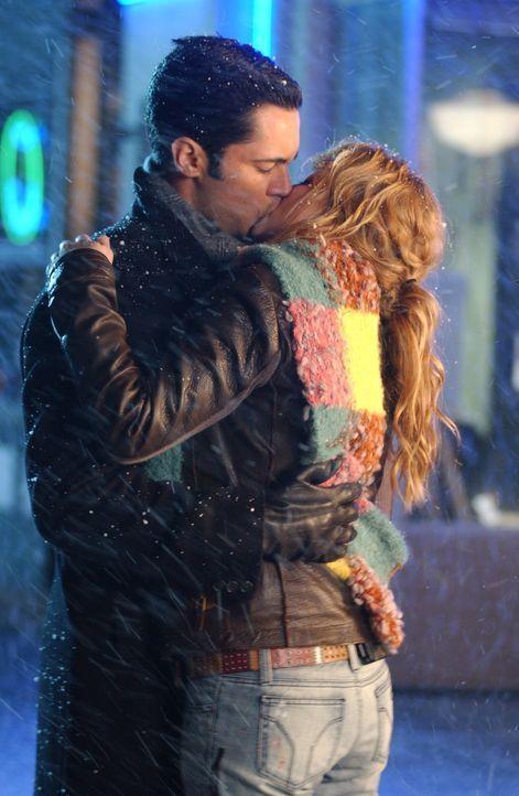 Heiße Küsse im Schneetreiben: Det. Scott Valens (Danny Pino, l.) und Christina (Nicki Aycox, r.) - Bildquelle: Warner Bros. Television