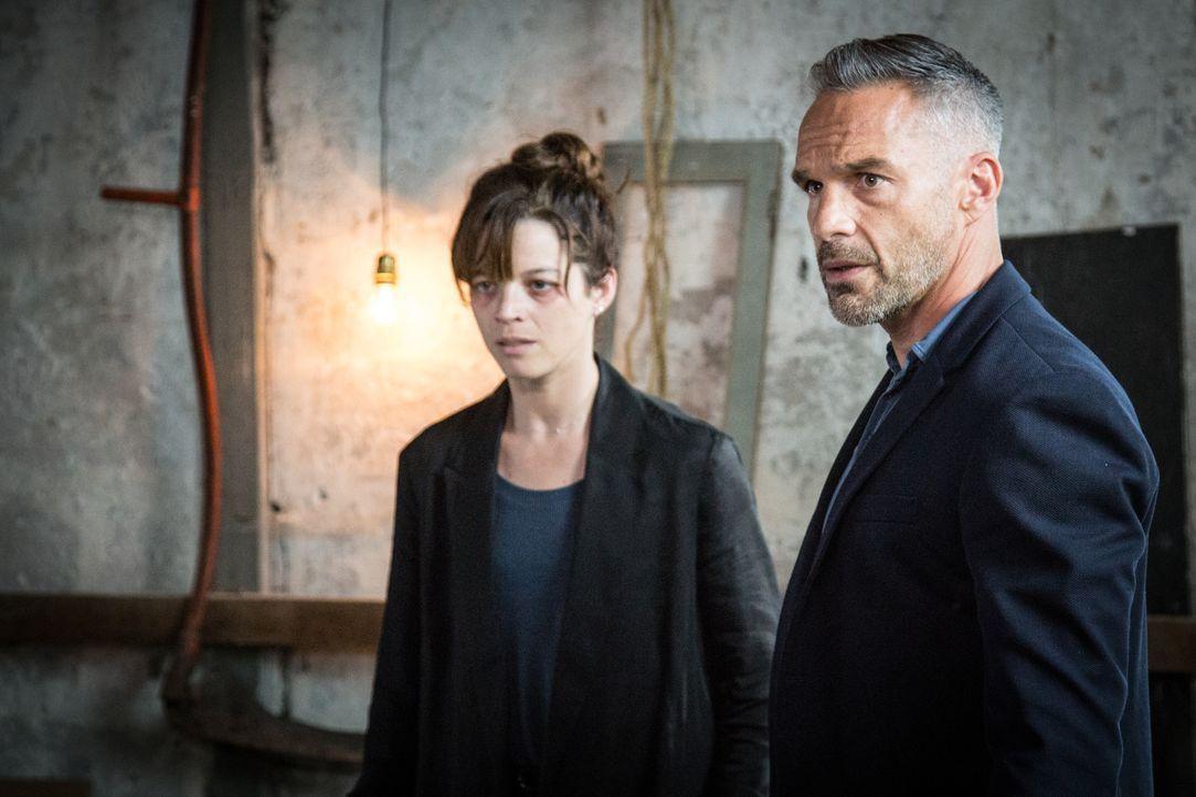 Adèle (Juliette Roudet, l.); Rocher (Philippe Bas, r.) - Bildquelle: Eloïse Legay 2018 BEAUBOURG AUDIOVISUEL / TF1