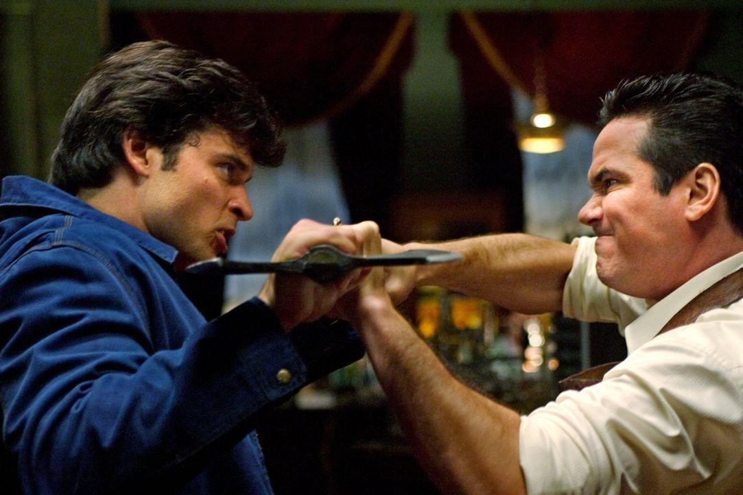 Wird Clark (Tom Welling, l.) es schaffen, den unsterblichen Dr. Knox (Dean Cain, r.) davon abzuhalten, Chloe zu töten? - Bildquelle: Warner Bros.