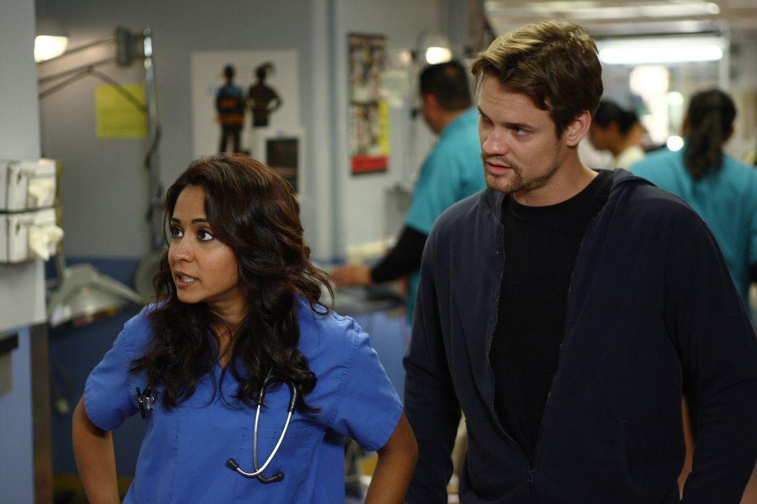 Überraschung in der Notaufnahme: Ray (Shane West, r.) erscheint plötzlich in der Notaufnahme und bringt Neela (Parminder Nagra, l.) etwas durchein... - Bildquelle: Warner Bros. Television