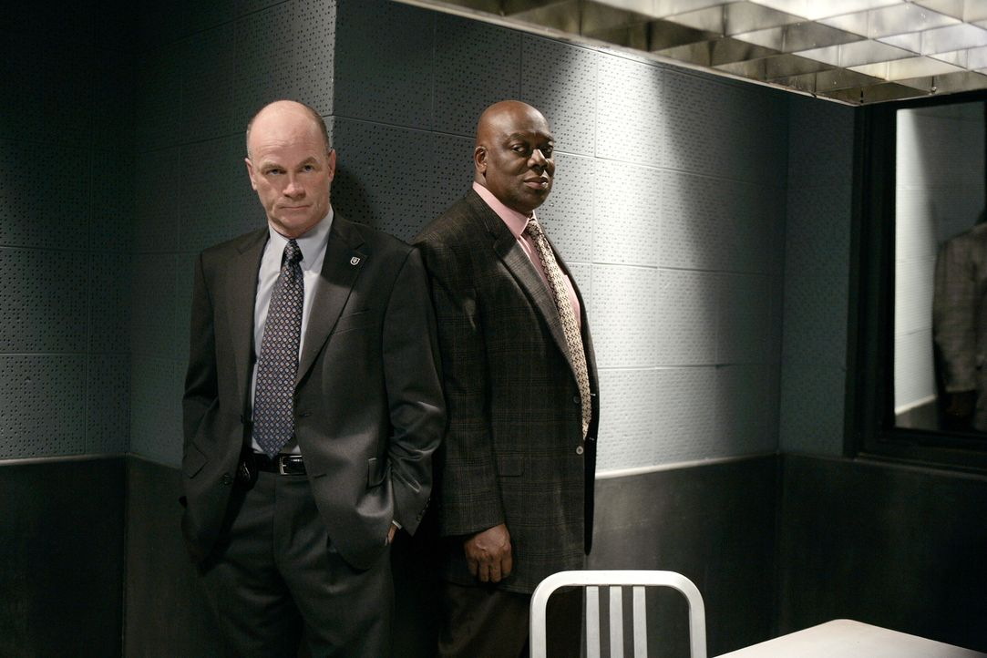 Arbeiten an einem neuen Fall: John (John Finn, l.) und Will (Thom Barry, r.) ... - Bildquelle: Warner Bros. Television