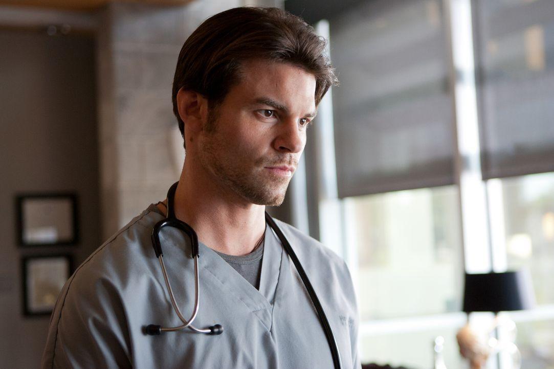 Gegenüber seinen Patienten ist Dr. Joel Goran (Daniel Gillies) emotional distanziert ... - Bildquelle: 2012  Hope Zee One Inc.