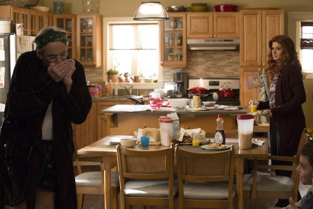 Das Zusammenleben mit ihrem Vater Leo (Robert Klein, l.) gestaltet sich für Laura (Debra Messing, r.) alles andere als harmonisch ... - Bildquelle: 2015 Warner Bros. Entertainment, Inc.