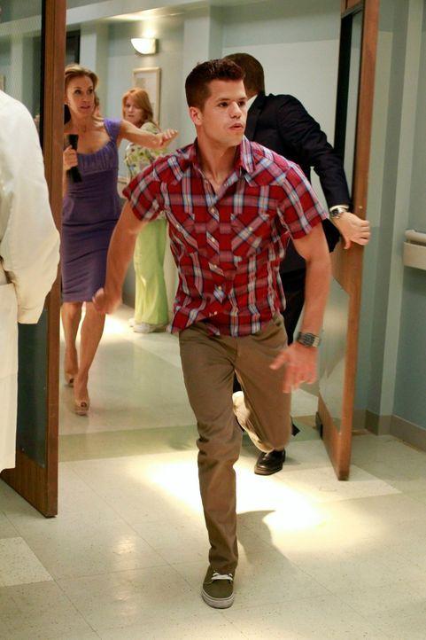 Während sie Hochzeitsfeier von Renee und Ben im vollen Gange ist, eilen Porter (Charlie Carver, vorne), Lynette (Felicity Huffman, l.) und Tom (Doug... - Bildquelle: ABC Studios