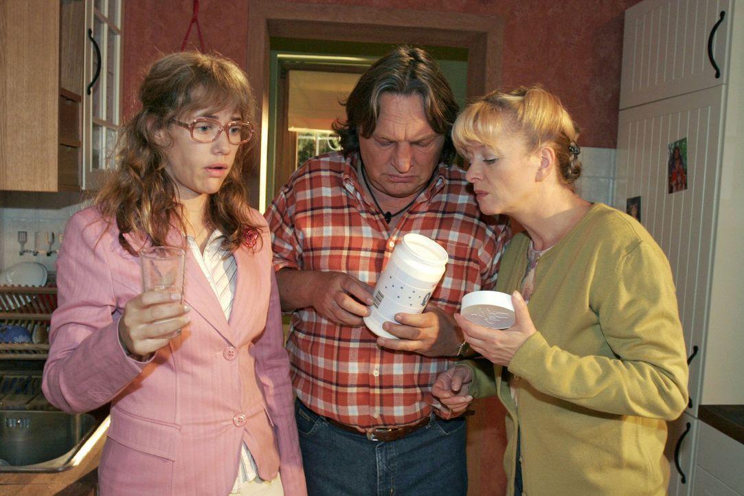Lisa (Alexandra Neldel, l.) fühlt sich immer schlechter. Bernd (Volker Herold, M.) und Helga (Ulrike Mai, r.) sind besorgt. (Dieses Foto von Alexan... - Bildquelle: Noreen Flynn Sat.1