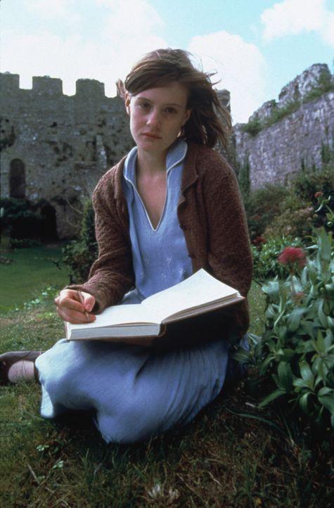 Die junge Cassandra Mortmain (Romola Garai) liebt das Leben in dem Schloss, abgeschlossen von der Außenwelt ... - Bildquelle: 2012 Sony Pictures Television Inc. All Rights Reserved.