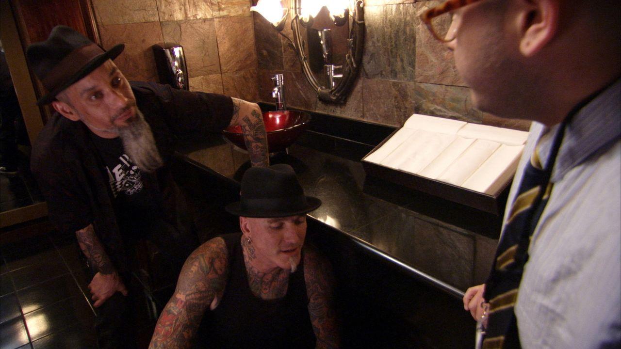 Dirk (M.) und Ruckus (l.) sind in Las Vegas unterwegs, um die ultimativ schlechtesten Tattoos aufzuspüren und in Kunstwerke zu verwandeln ... - Bildquelle: 2013 A+E Networks, LLC