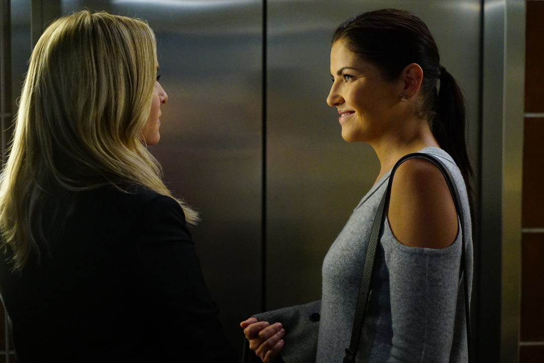 Flirten miteinander: Arizona (Jessica Capshaw, l.) und Dr. Eliza Minnick (Marika Dominczyk, r.) ... - Bildquelle: Richard Cartwright 2016 American Broadcasting Companies, Inc. All rights reserved.