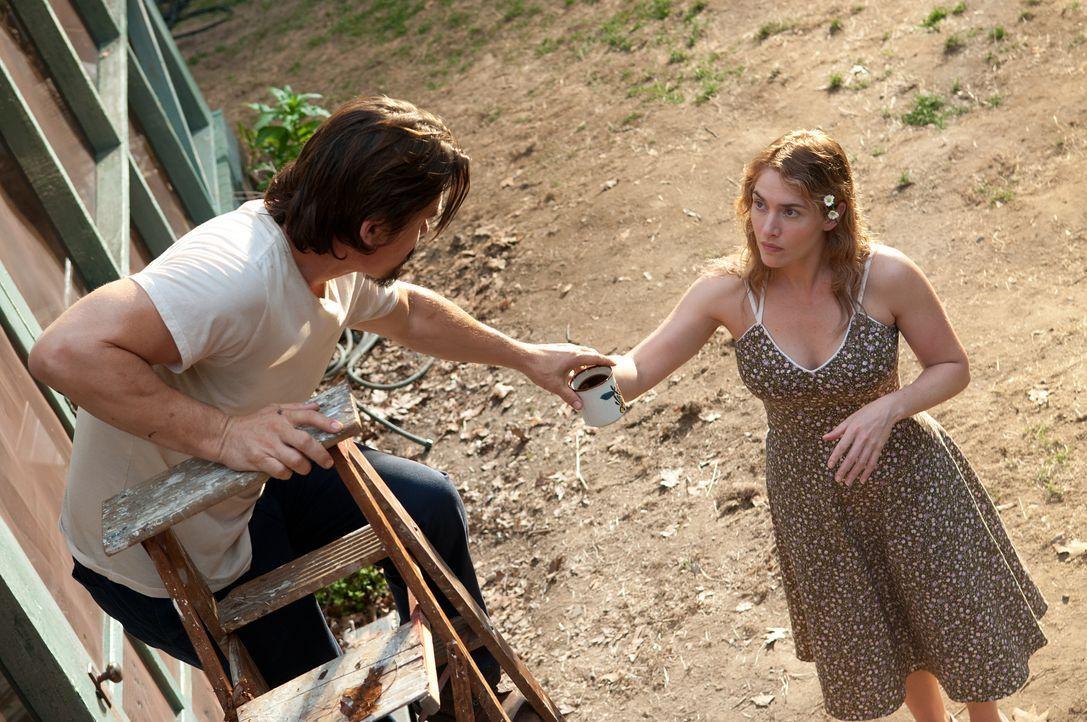 Die depressive Mutter Adele (Kate Winslet, r.) und der verschlossene Frank (Josh Brolin, l.) kommen sich immer näher, nachdem Adele ihn verletzt am... - Bildquelle: 2016 Paramount Pictures. All Rights Reserved.