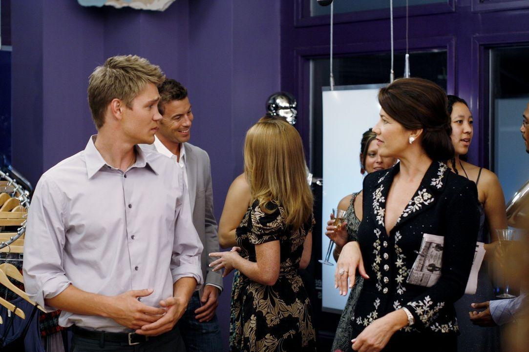 Lucas (Chad Michael Murray, l.) trifft bei Brookes Eröffnungsfeier auf ihre Mutter Victoria (Daphne Zuniga, r.), die von dem Laden ihrer Tochter ni... - Bildquelle: Warner Bros. Pictures