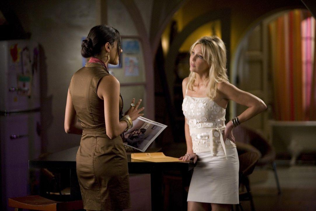 Amanda (Heather Locklear, r.) weiß von Rileys (Jessica Lucas, l.) Affäre mit Ben - und wie jeder weiß, ist Rache süß... - Bildquelle: 2009 The CW Network, LLC. All rights reserved.