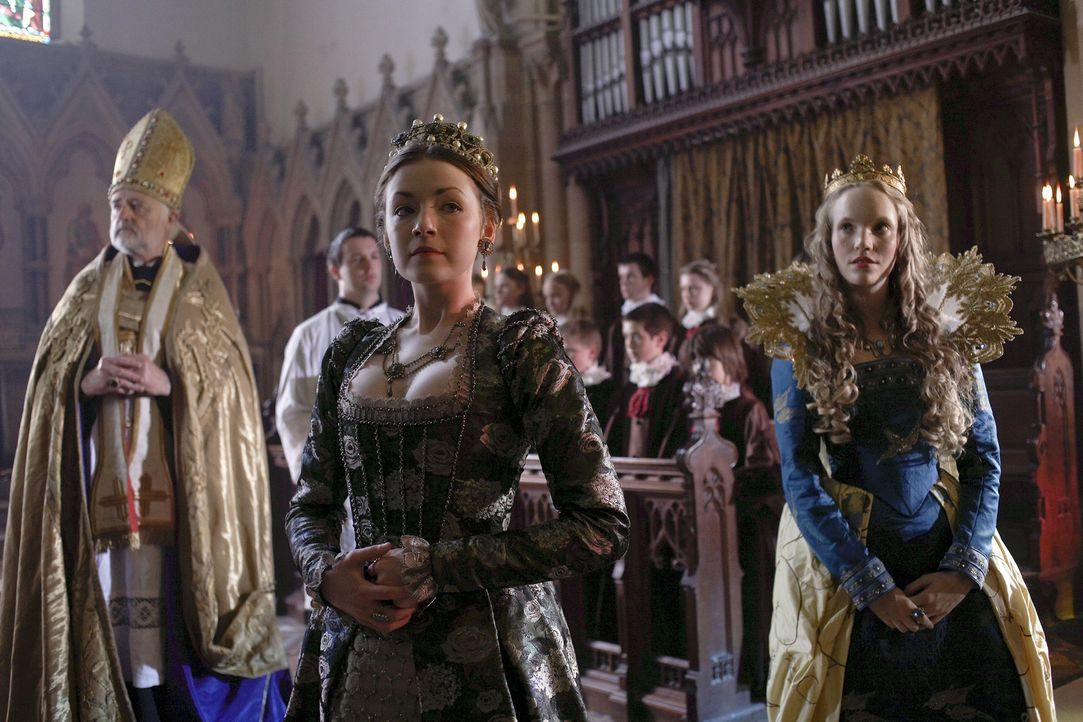 Königin Catherine (Tamzin Merchant, r.) und Lady Mary (Sarah Bolger, M.) reisen gemeinsam mit König Henry VIII. nach Lincoln um sich mit den Bauer... - Bildquelle: 2010 TM Productions Limited/PA Tudors Inc. An Ireland-Canada Co-Production. All Rights Reserved.